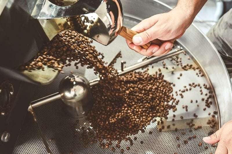 vysýpanie čerstvo upraženej kávy do chladiča