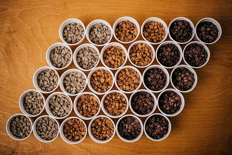 rôzne stupne praženia kávových zŕn