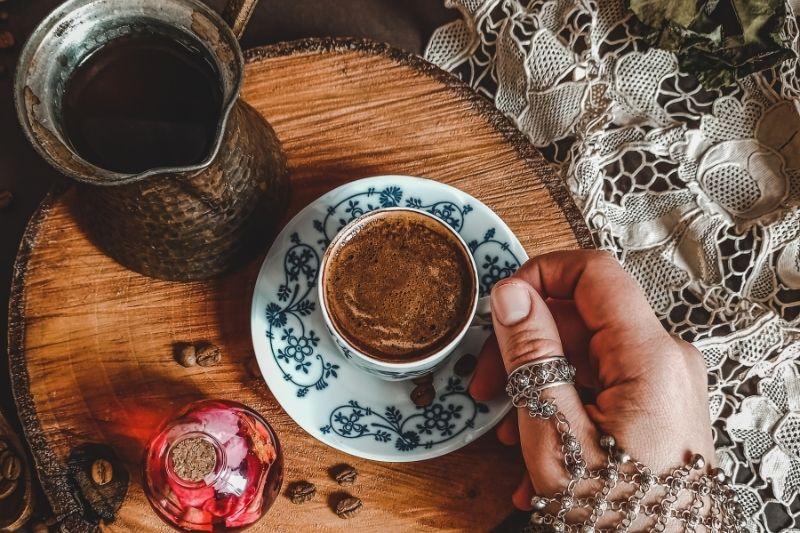 servírovanie tureckej kávy