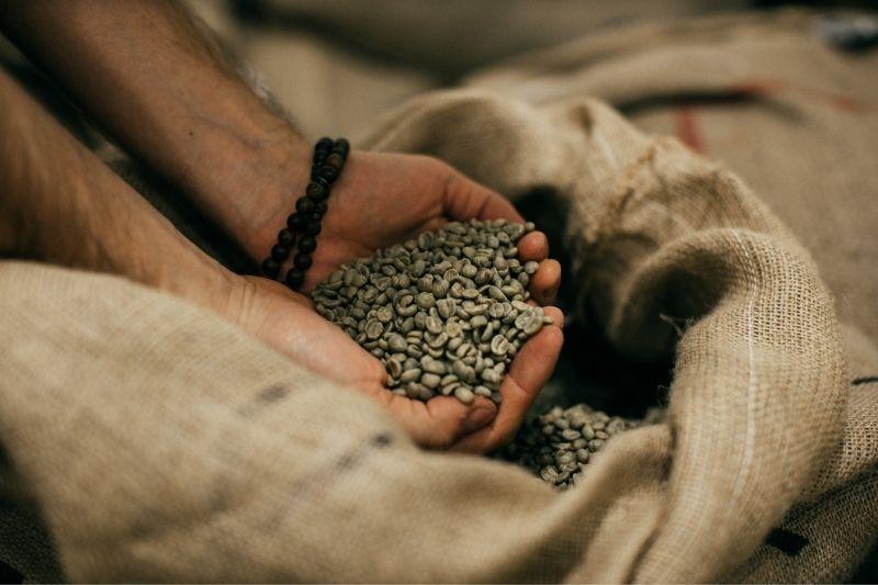 zelená káva v jutovom vreci