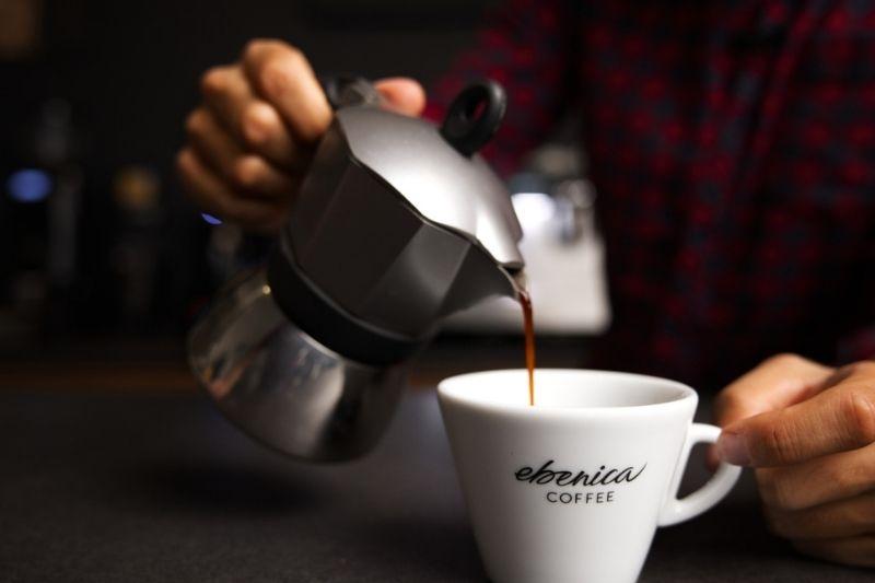 servírovanie moka kávy do šálky