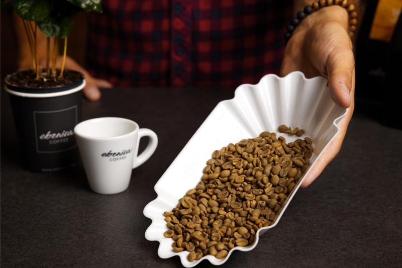 zrná bezkofeínovej kávy v miske