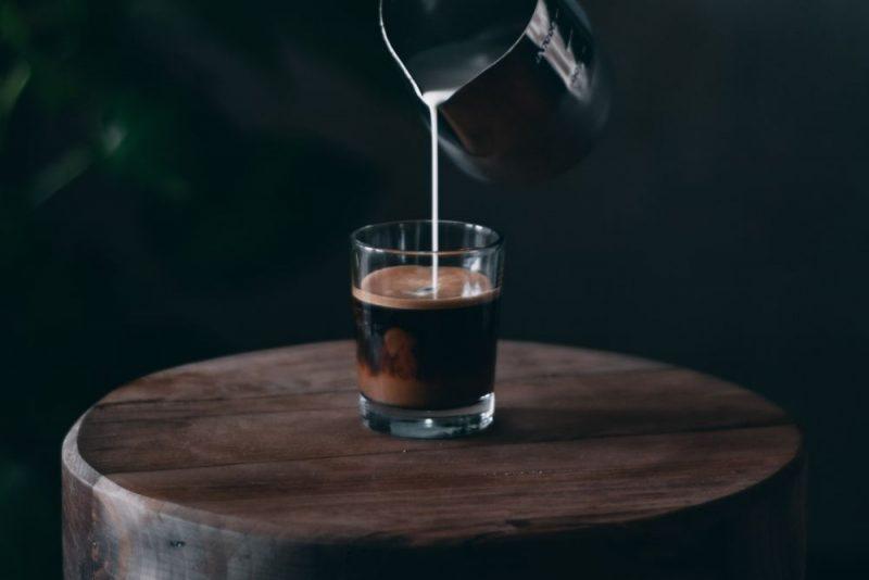 espresso s mliekom v sklenenom pohári