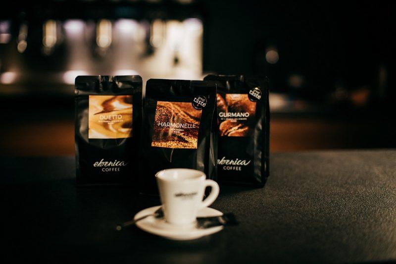 tri balíčky kávových zmesí Ebenica