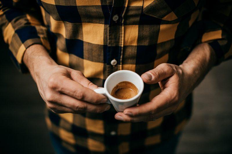 čerstvé espresso v šálke
