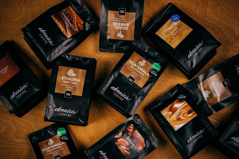 kávové balíčky na drevenom podklade